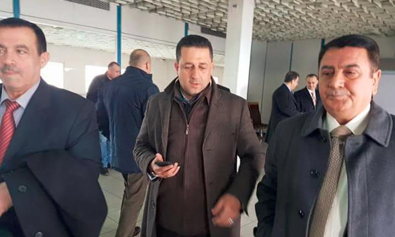 اللواء في وزارة دفاع الأسد، عدنان الحلوة إلى يمين الصورة (فيس بوك)