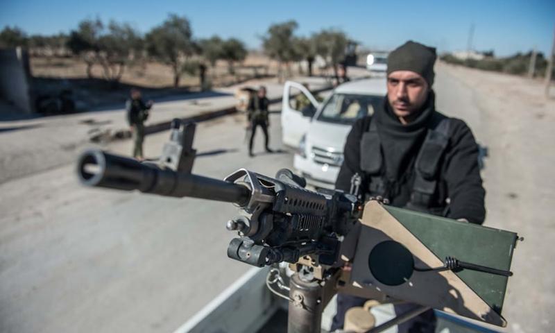 مقاتل من الجيش الحر في محيط مدينة الباب بريف حلب الشرقي_22 كانون الثاني_(الأناضول)