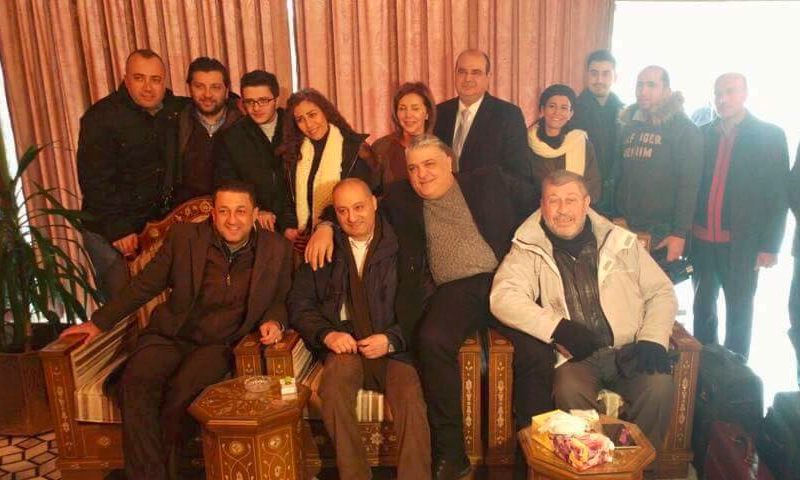 """مراسل """"BBC"""" عساف عبود، يرتدي سترة بيضاء يمين الصورة، مع وفد النظام الإعلامي في أستانة (إنترنت)"""