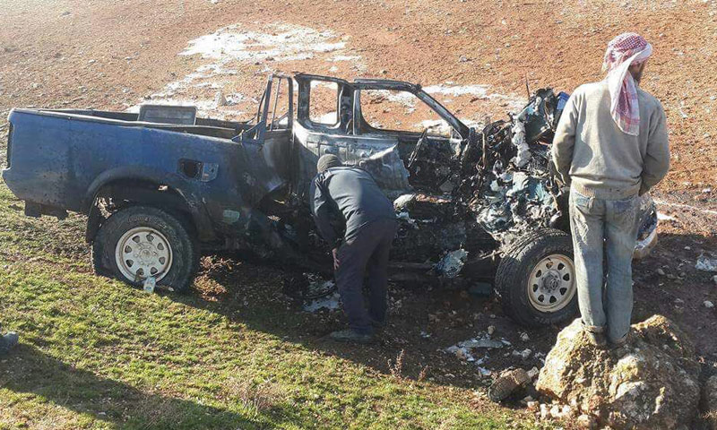 """شاحنة كانت تقل عناصر من جبهة """"فتح الشام""""لحظة استهدافها بغارة جوية- الأربعاء 11 كانون الثاني (تويتر)"""