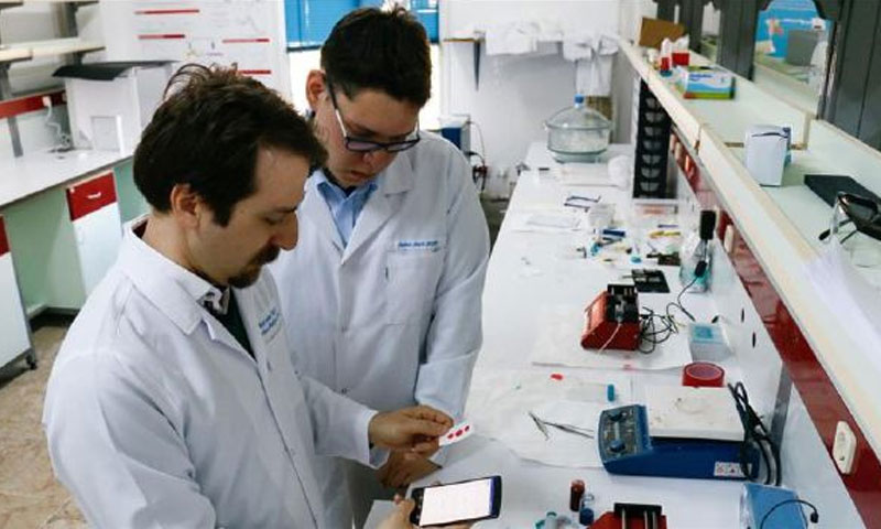 باحثون أتراك يبتكرون تطبيقًا لتحليل الدم - (الأناضول)