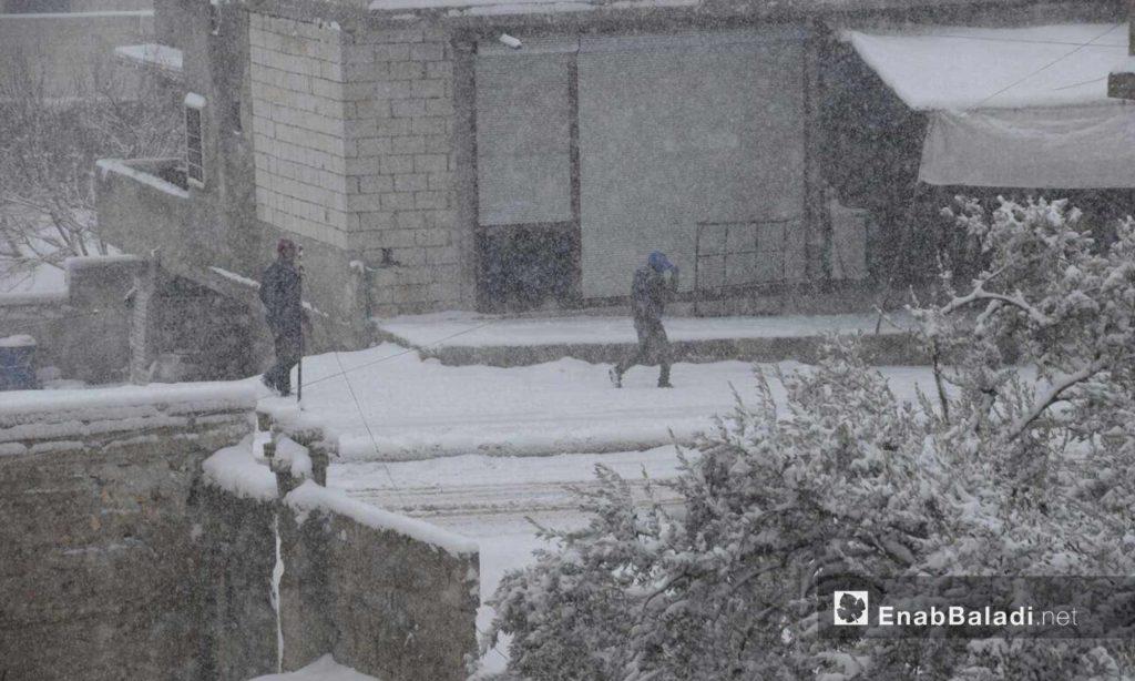 تساقط الثلوح على بلدة حاس بريف إدلب 21 كانون الأول (عنب بلدي)