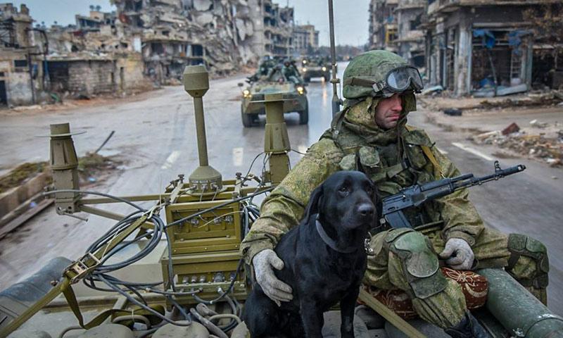 جندي روسي على متن عربة عسكرية في مدينة حلب- كانون الثاني 2016 (وكالات)