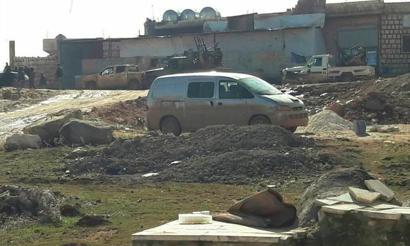 """عناصر جبهة """"فتح الشام"""" عند المدخل الغربي لبلدة كفرنبل - 24 كانون الثاني 2017 (IRT)"""