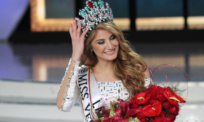 السورية مريم حبش أثناء تتويجها بلقب ملكة جمال فنزويلا 2015 - (انترنت)