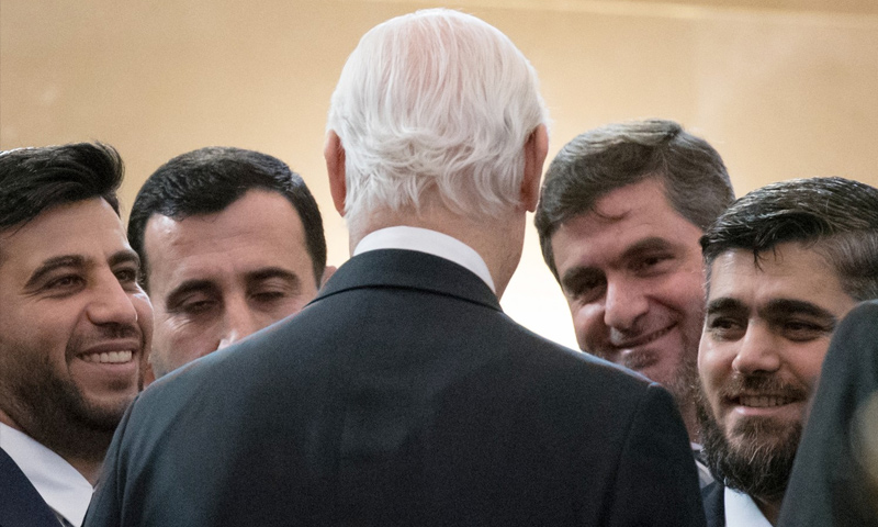 دي ميستورا مع وفد المعارضة في أستانة (AP)