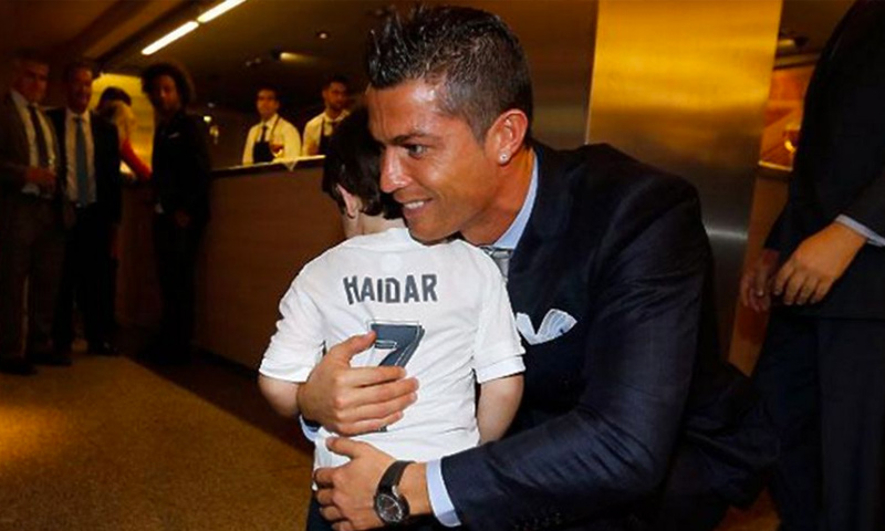 رونالدو يلتقي الطفل السوري حيدر مصطفى (إنترنت)