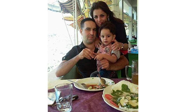 النقيب بشار البودي وزوجته وطفله (فيس بوك)