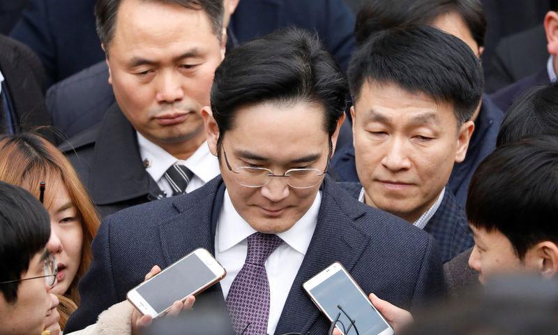 """رئيس شركة """"سامسونج"""" أثناء نقله إلى مركز الاعتقال - الأربعاء 18 كانون الثاني - (وكالات)"""