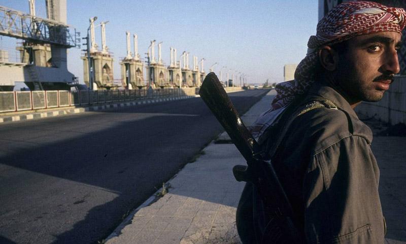 مقاتل من تنظيم الدولة في سد الطبقة (جيتي)
