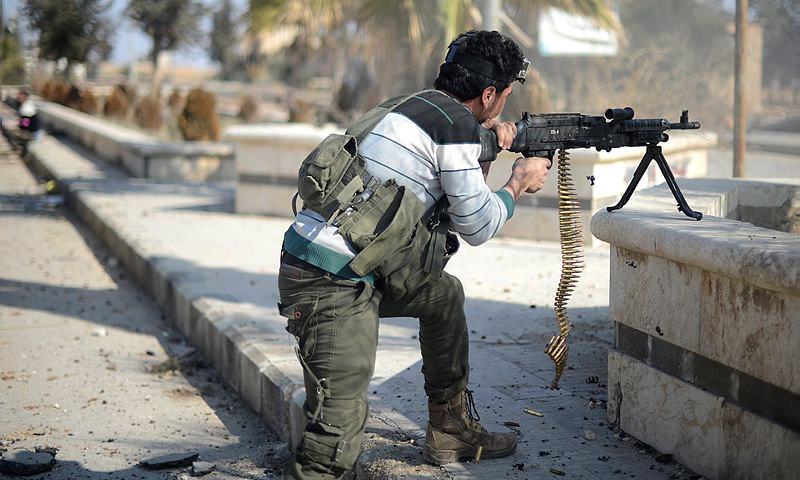 مقاتل من الجيش الحر في محيط الباب_9 شباط 2017_(الأناضول)