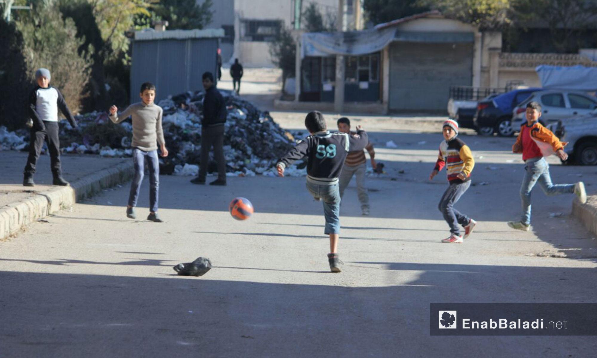 أطفال حي الوعر يلعبون كرة القدم مدينة حمص - 2 شباط 2017 (عنب بلدي)