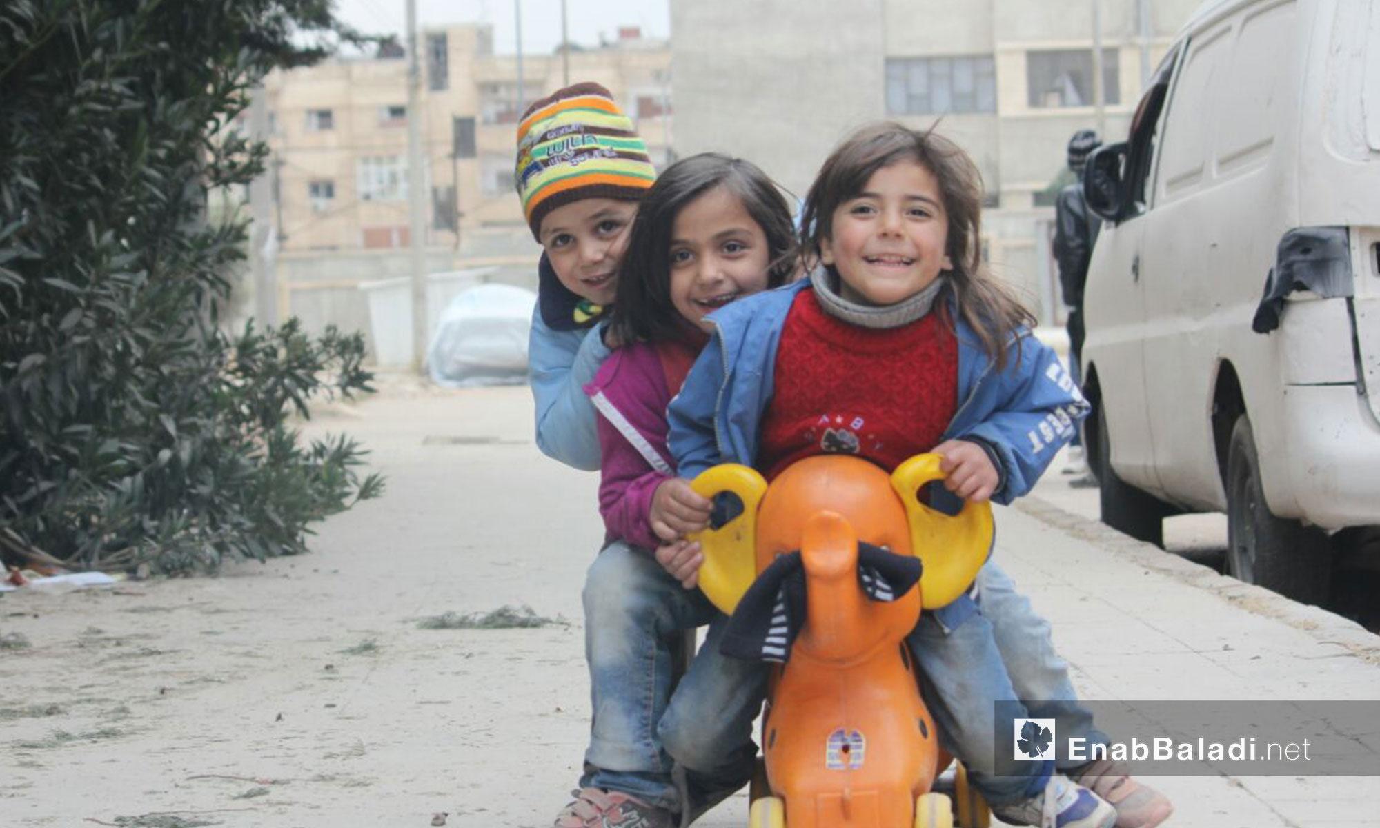 أطفال يلعبون ألعاب ترفيهية بسيطة في حي الوعر مدينة حمص - 2 شباط 2017 (عنب بلدي)