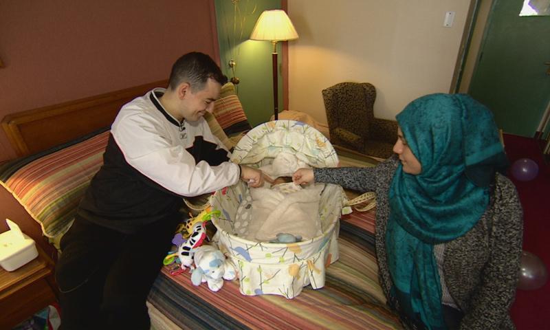 عائلة اللاجئ السوري مع مولدهم الجديد - 13 شباط 2017 (CBC الكندي)