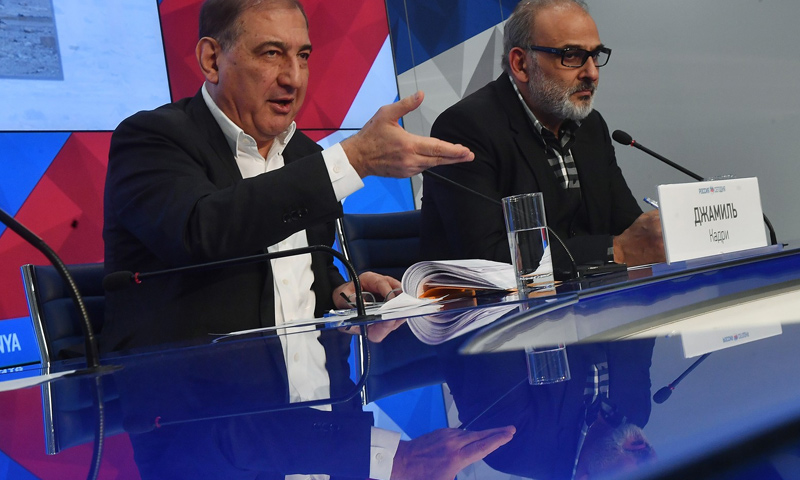 رئيس منصة موسكو، قدري جميل، في مؤتمر صحفي، مع عضو منصة القاهرة، جمال سليمان (AFP)