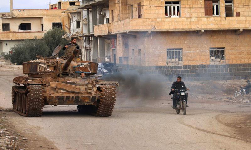 مقاتلون في المعارضة السورية يقودون دبابة في مدينة درعا 3 كانون الأول 2016 (محمد أبازيد- AFP)