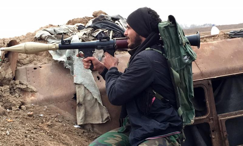 مقاتل من قوات الأسد في محيط مطار دير الزور العسكري_3 شباط2017_(AFP)