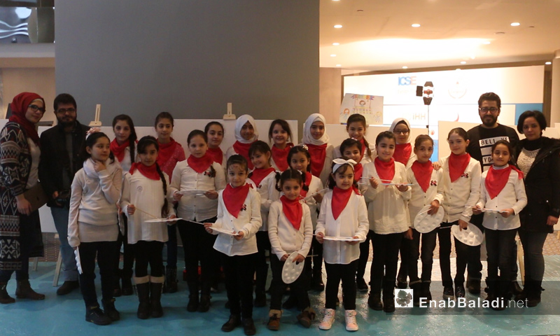 أطفال سوريون يشاركون في ورشة الرسم خلال المؤتمر الدولي لتعليم السوريين في اسطنبول - 19 شباط 2017 (عنب بلدي)