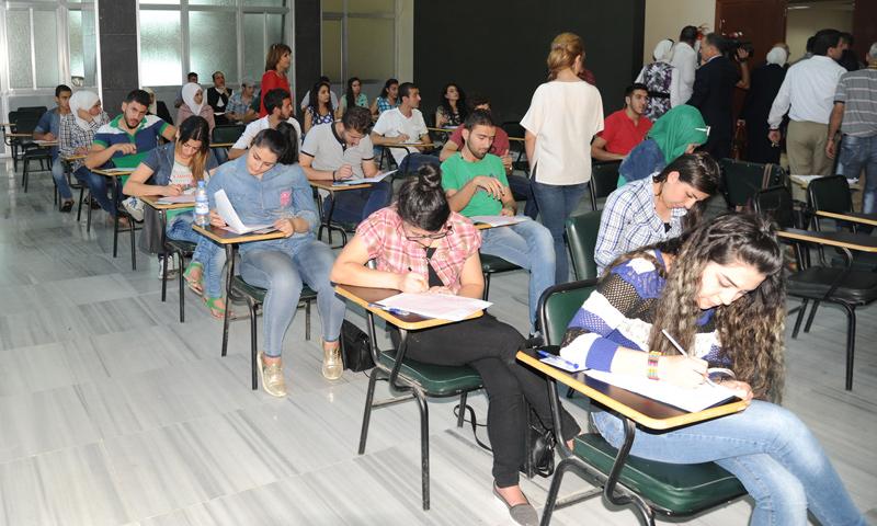 طلاب يقدومون امتحانات عام 2015-2016 في ممرات جامعة دمشق (سانا)