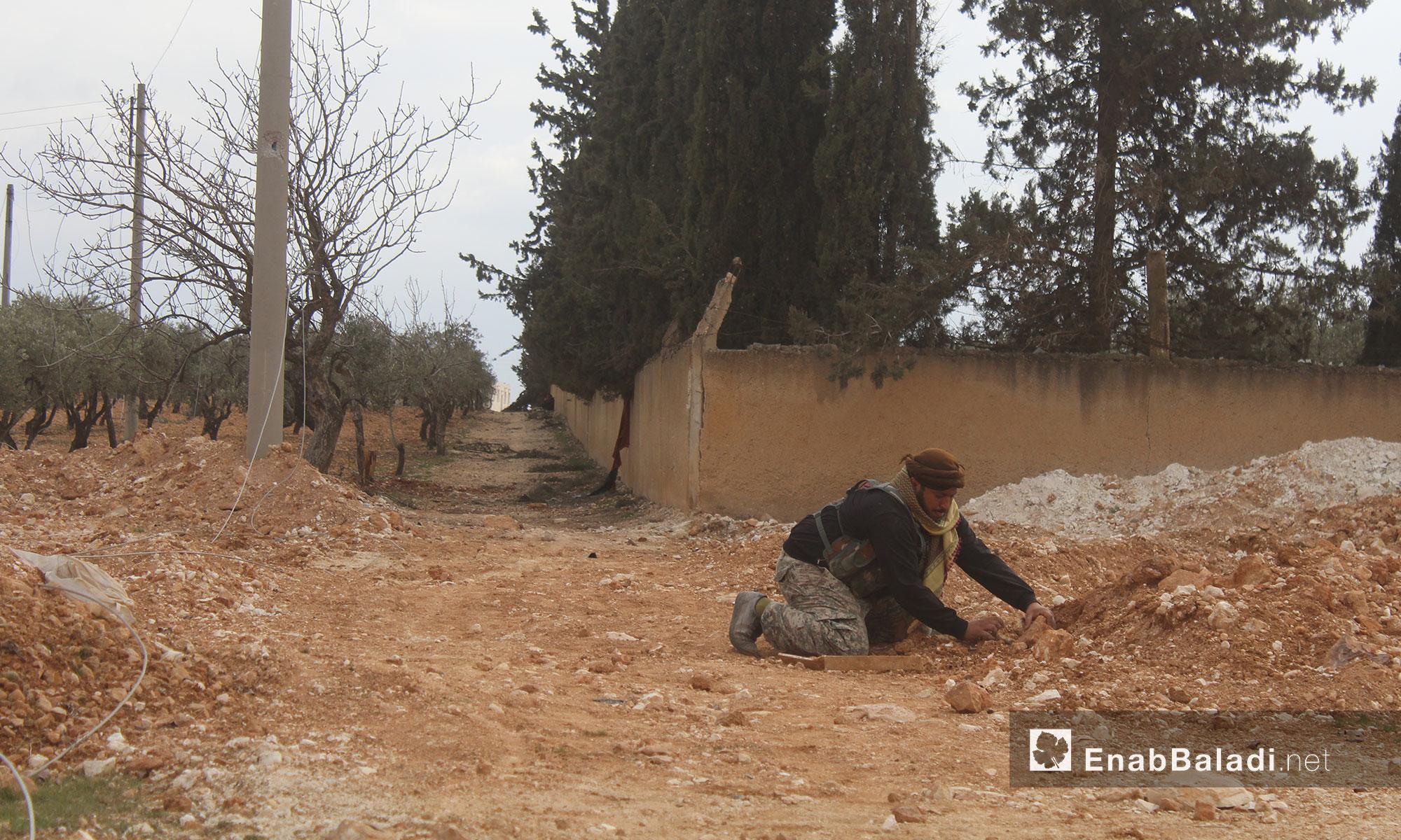 """مقاتل من الجيش الحر يقوم بنزع الألغام التي زرعها مقاتلو """"تنظيم الدولة"""" - 12 شباط 2017 (عنب بلدي)"""