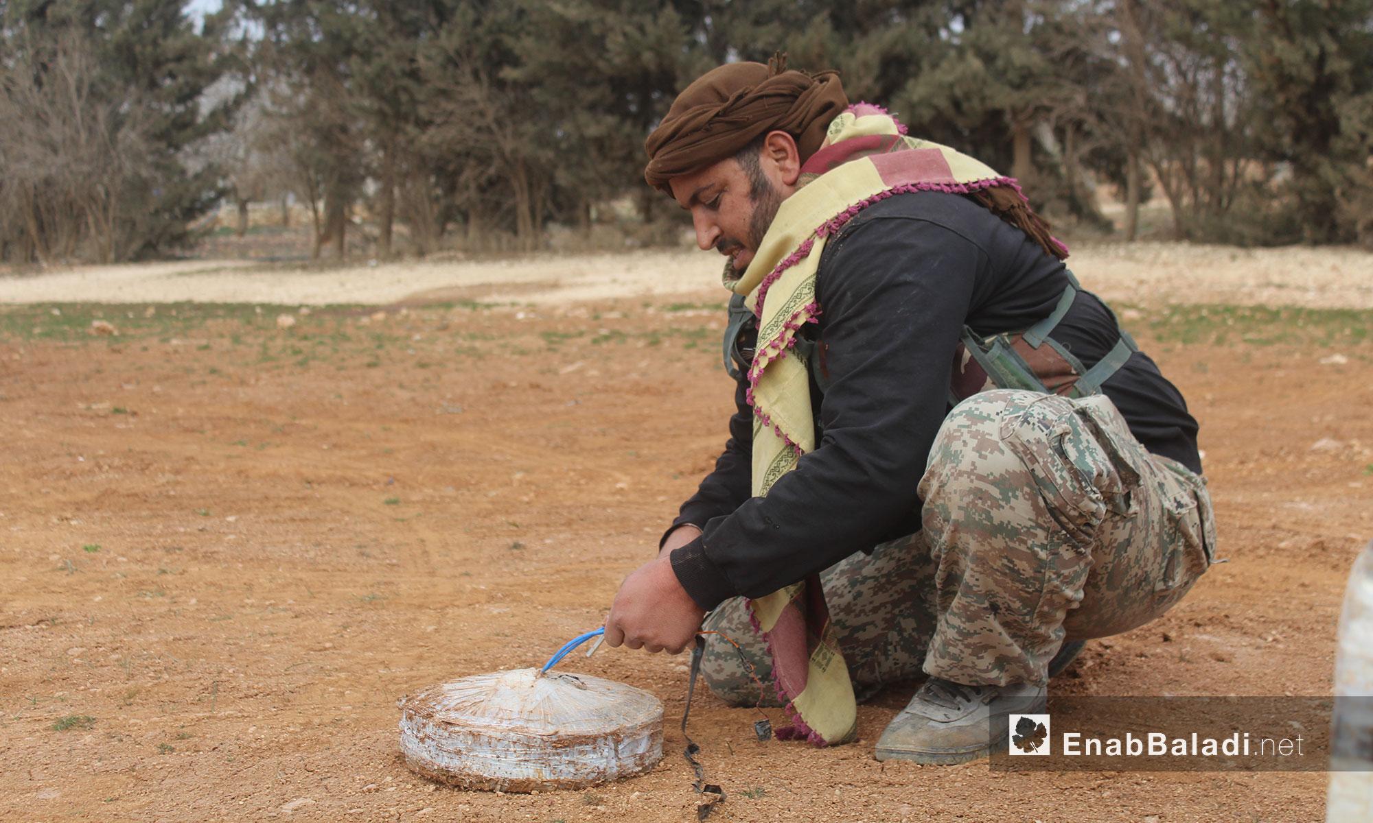 مقاتل من الجيش الحر يقوم بتفكيك أحد الألغام في محيط الباب - 12 شباط 2017 (عنب بلدي)