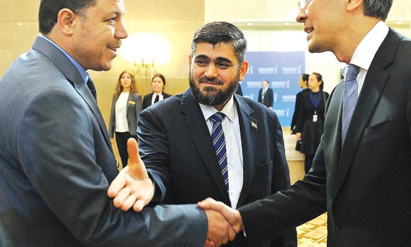 رئيس وفد المعارضة إلى أستانة محمد علوش في المنتصف_(AFP)