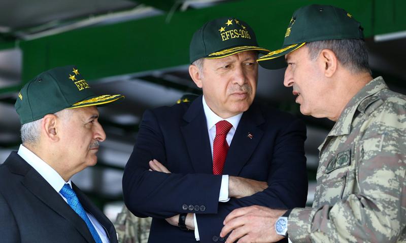 الرئيس التركي، رجب طيب أردوغان، ورئيس الأركان العامة، خلوصي أكار، ورئيس الوزراء بن علي يلديريم (إنترنت)