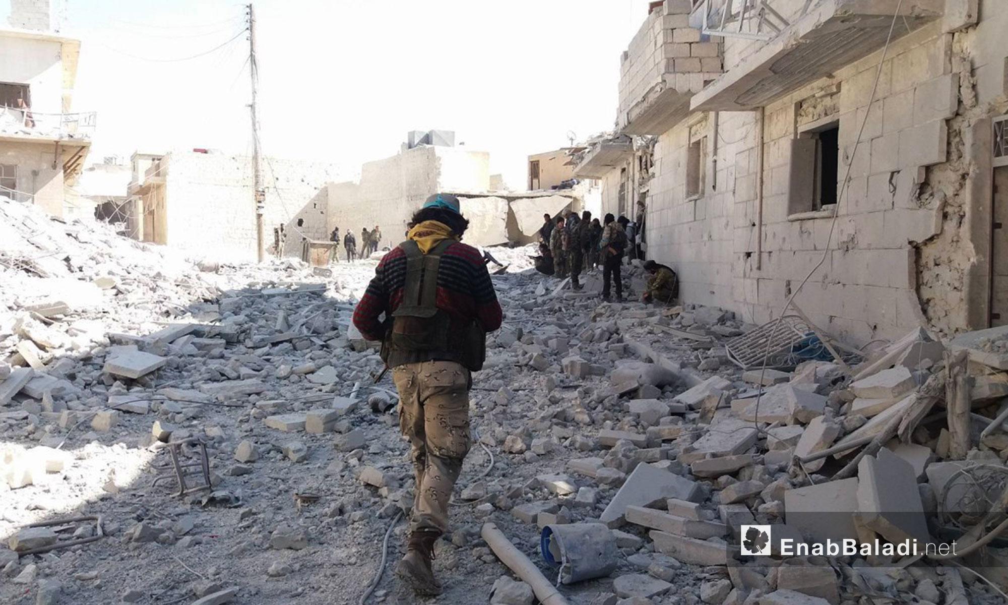 """مقاتلون في """"الجيش الحر"""" داخل مدينة الباب - 23 شباط 2017 (عنب بلدي)"""