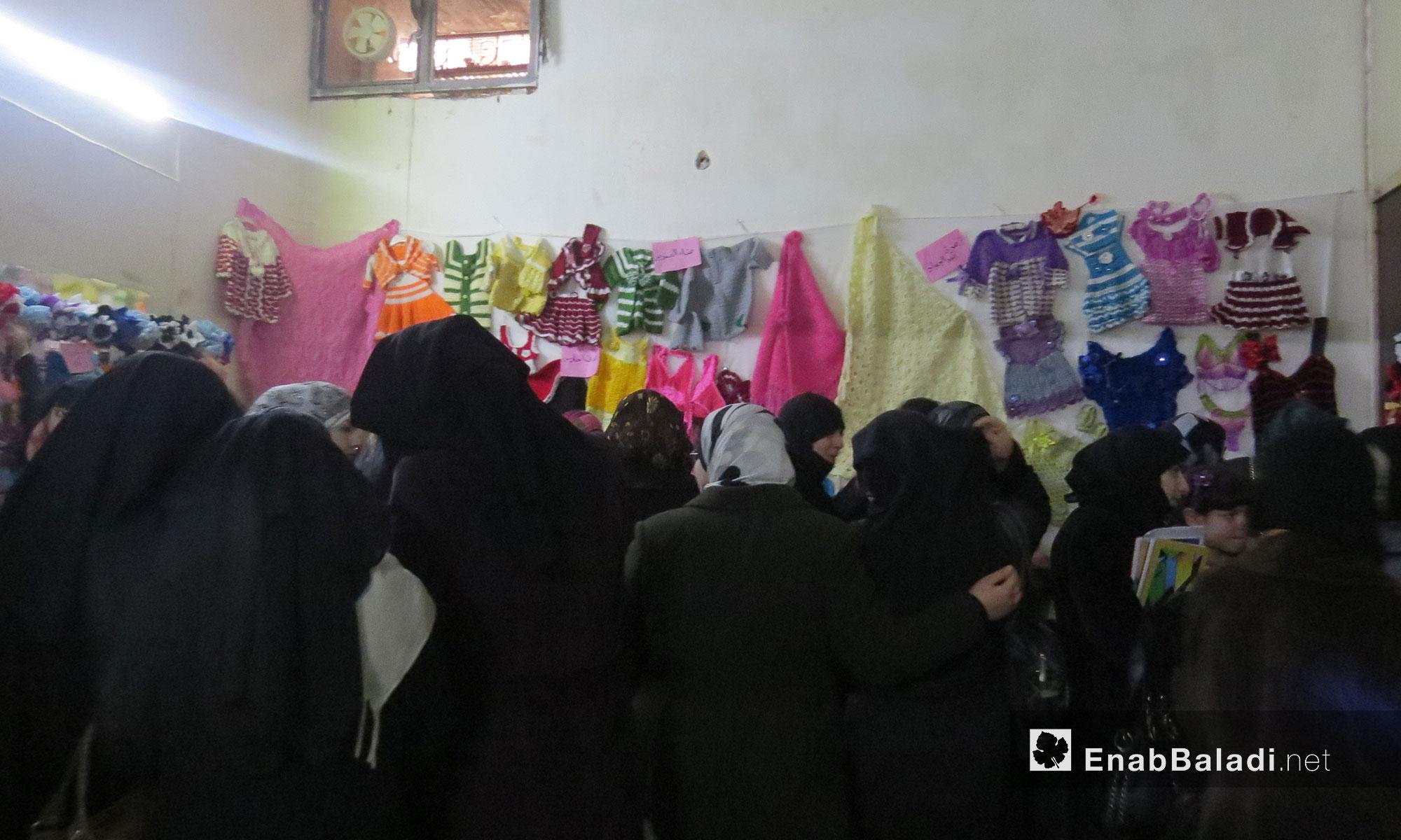 """معرض لأعمال الصوف والرسم  لمركز """"النساء الآن"""" في معرة النعمان - 12 شباط 2017 (عنب بلدي)"""