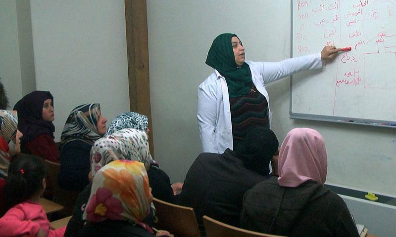 غفران دودان، سورية من حلب، مقيمة في كلس التركية، تعلمت التركية وتعلم العربية (الأناضول)