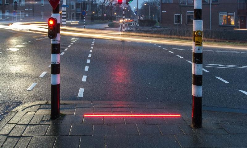 إشارات مرور أرضية لمستخدمي الهواتف الذكية في هولندا - (ذا غارديان)