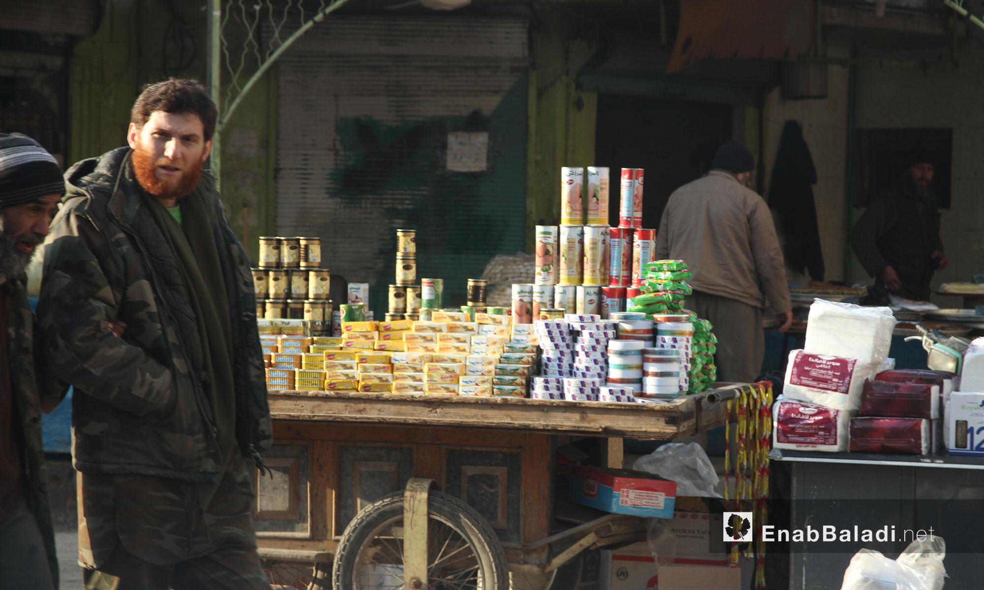 بائع معلبات متجول في مدينة إدلب - 9 شباط 2017 (عنب بلدي)