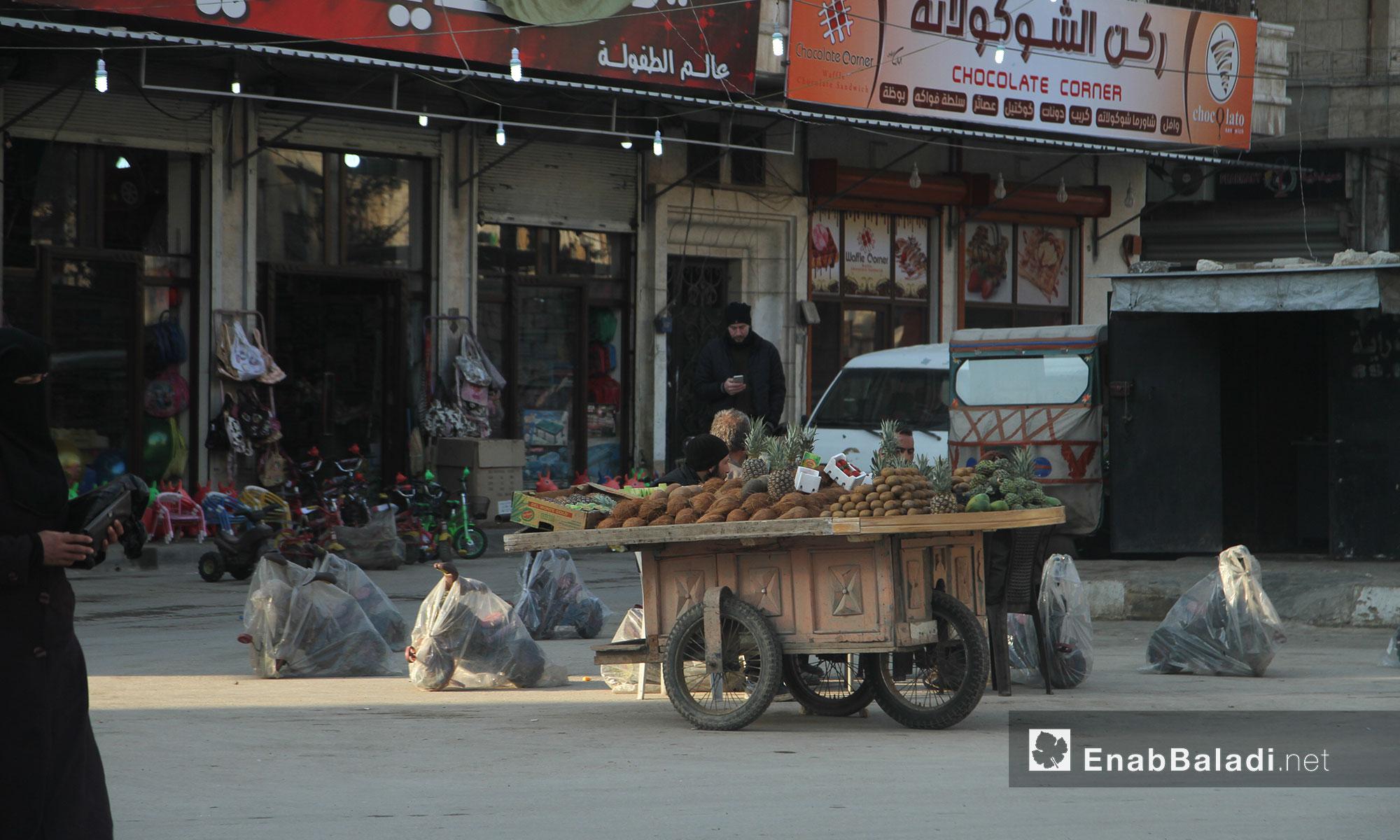 بائع فاكهة متجول في مدينة إدلب - 9 شباط 2017 (عنب بلدي)