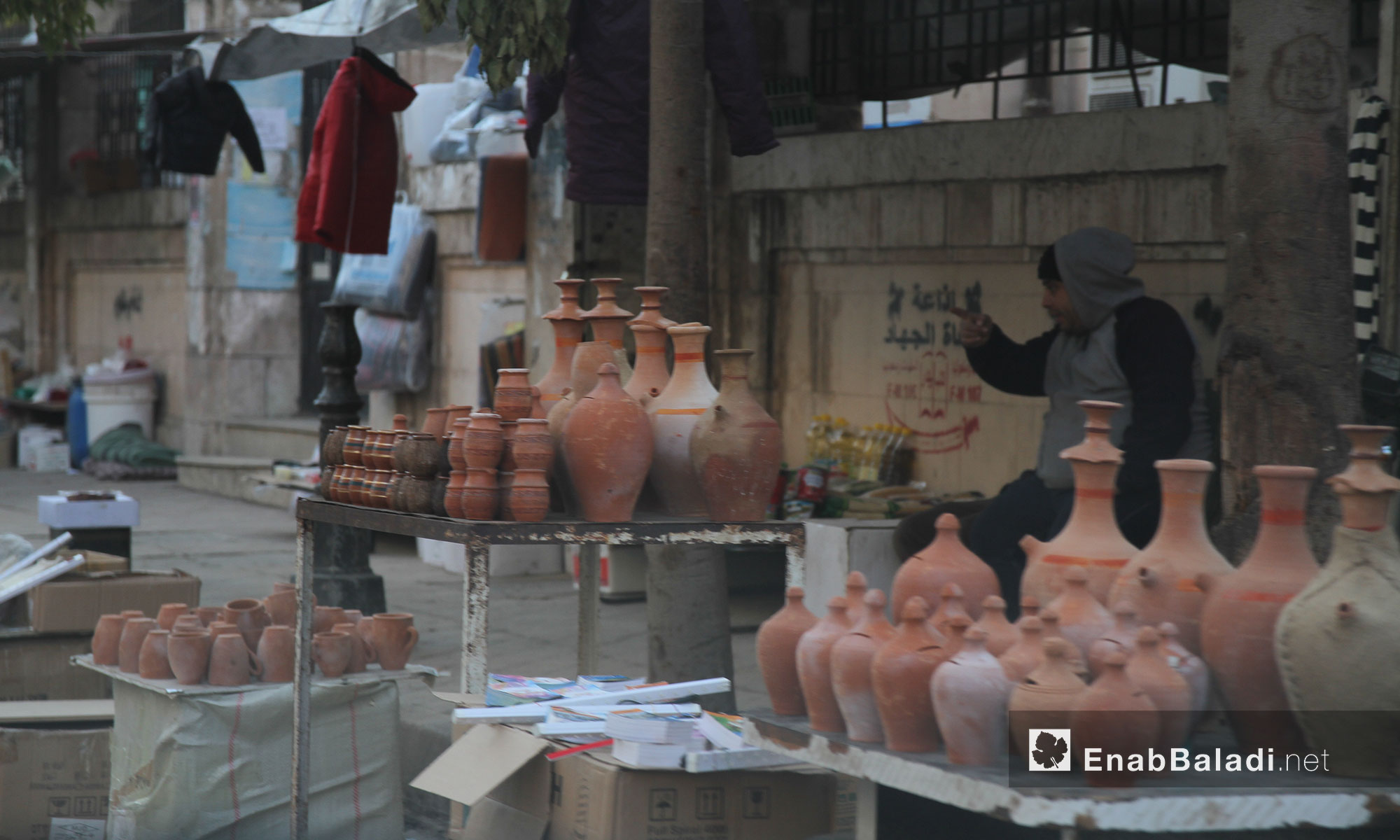 بائع أواني فخارية في مدينة إدلب - 9 شباط 2017 (عنب بلدي)