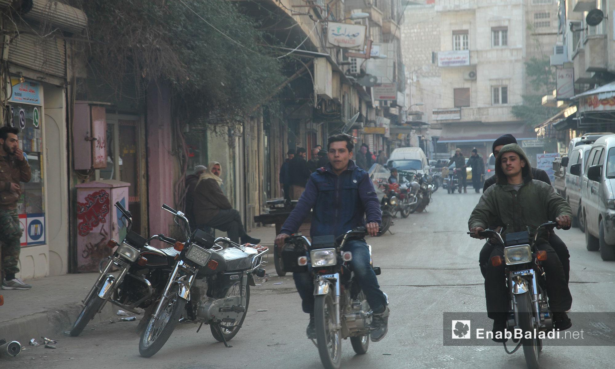 متجولون في سوق الهواتف النقالة في مدينة إدلب - 9 شباط 2017 (عنب بلدي)