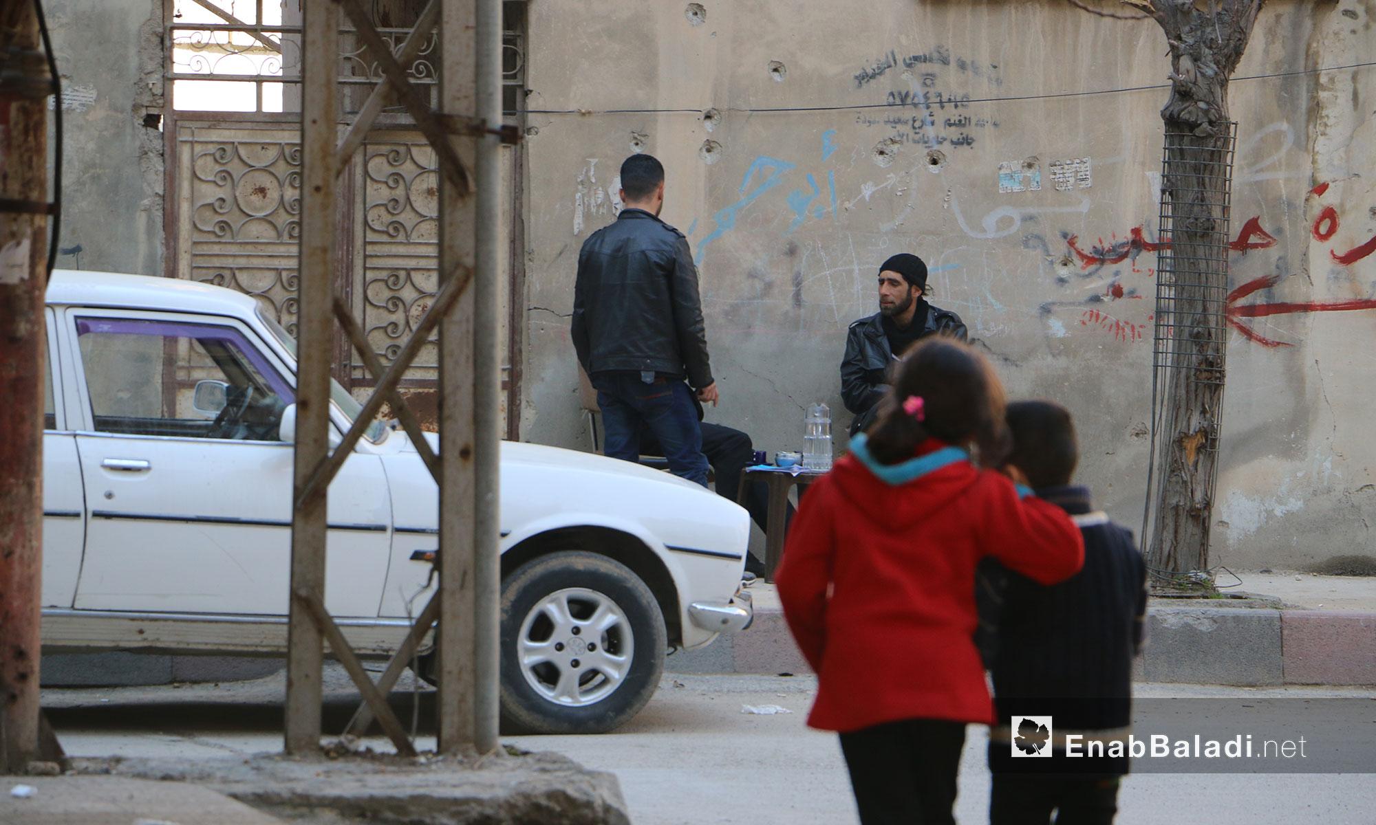 أهالي من الغوطة الشرقية في صباح يوم مشمس - 17 شباط 2017 (عنب بلدي)