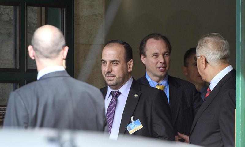 رئيس وفد المعارضة السورية، نصر الحريري، يستعد لدخول الجلسة الافتتاحية في جنيف - 23 شباط 2017 (AP)