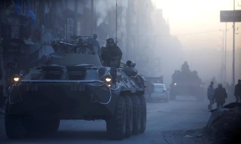 """عربة """"BTR"""" روسية في مدينة حلب- كانون الثاني 2017 (رويترز)"""