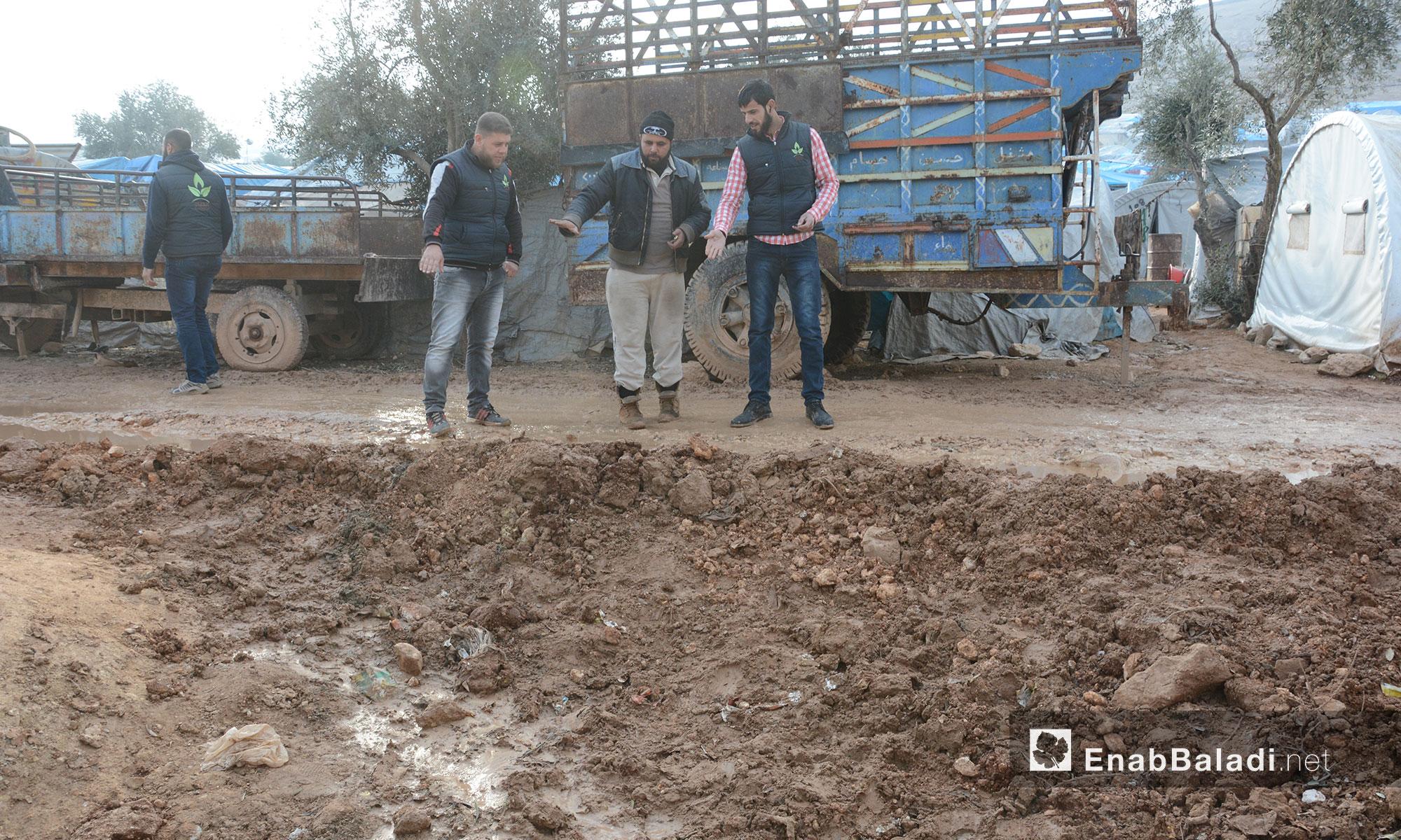 طريق وعر مليء بالحفر يخدّم مخيمات النازحين في ريف إدلب - 10 شباط 2017 (عنب بلدي)
