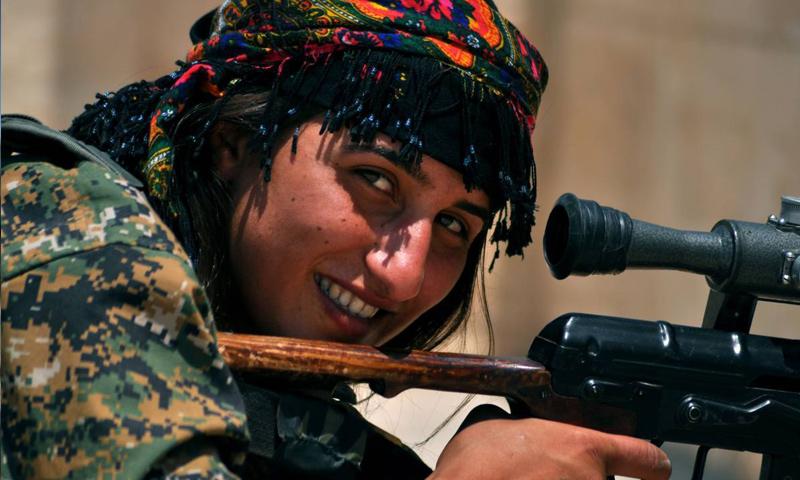 مقاتلة من قوات سوريا الديموقراطية في محيط مدينة الرقة_(AFP)