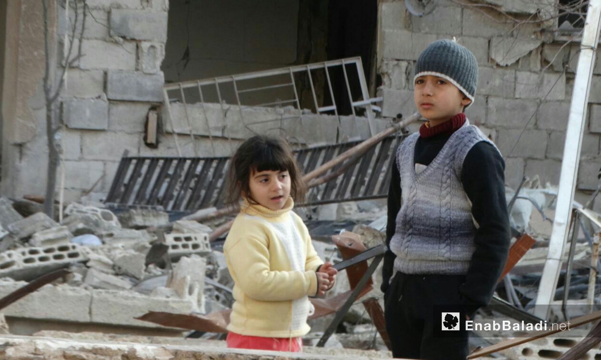 أطفال حي الوعر في حمص يشاهدون ما حلَ بمنازلهم - 9 شباط 2017 (عنب بلدي)