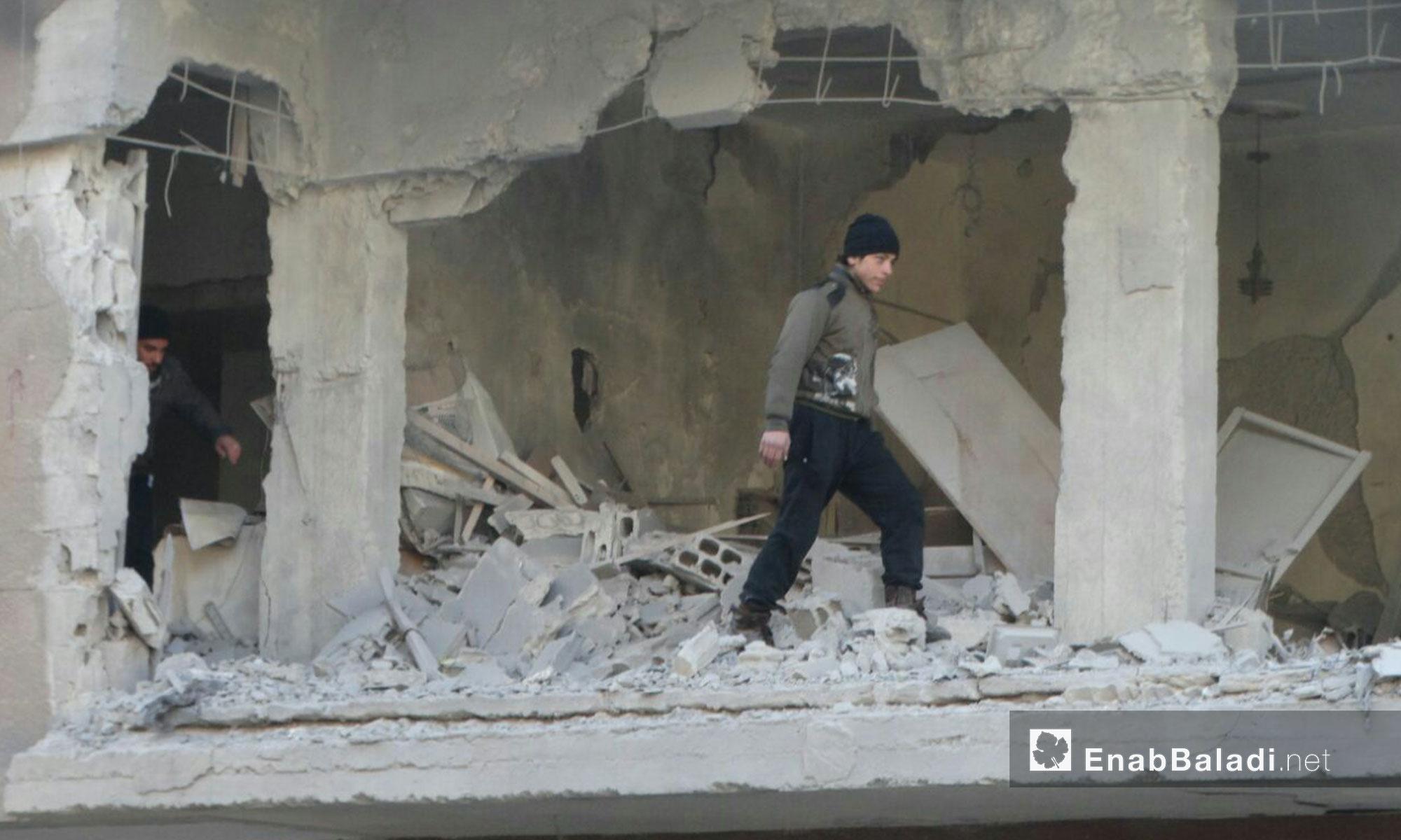 سكان حي الوعر في حمص يتفقدون ما حلّ بمنازلهم بعد يوم من القصف - 9 شباط 2017 (عنب بلدي)