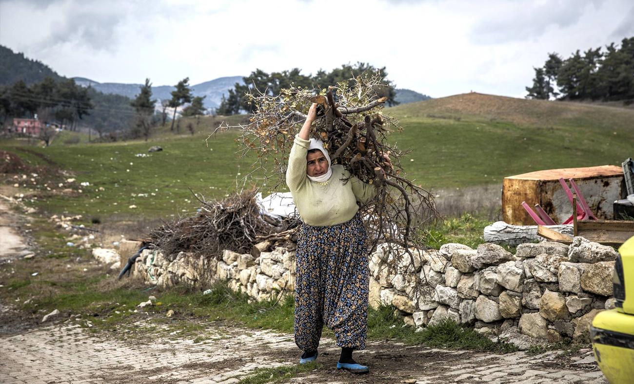 أمرأة تحمل الحطب للتدفئة في مخيم يايلاداغي الحدودي في تركيا، 22 فبراير 2016 - (إيرين)