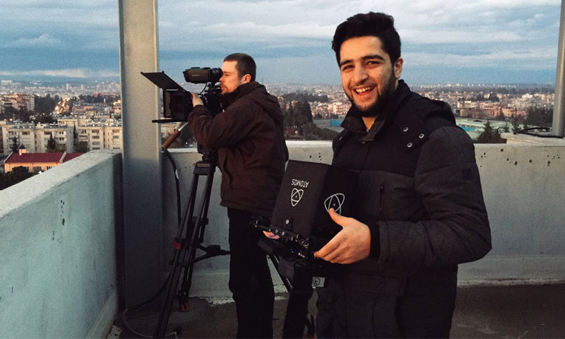 خالد خطيب، العامل في الدفاع المدني السوري أثناء تصوير فيلم (إنترنت)