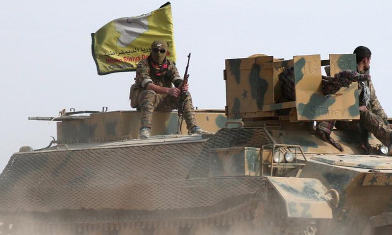 مقاتل من قوات سوريا الديمقراطية يعتلي دبابة (إنترنت)