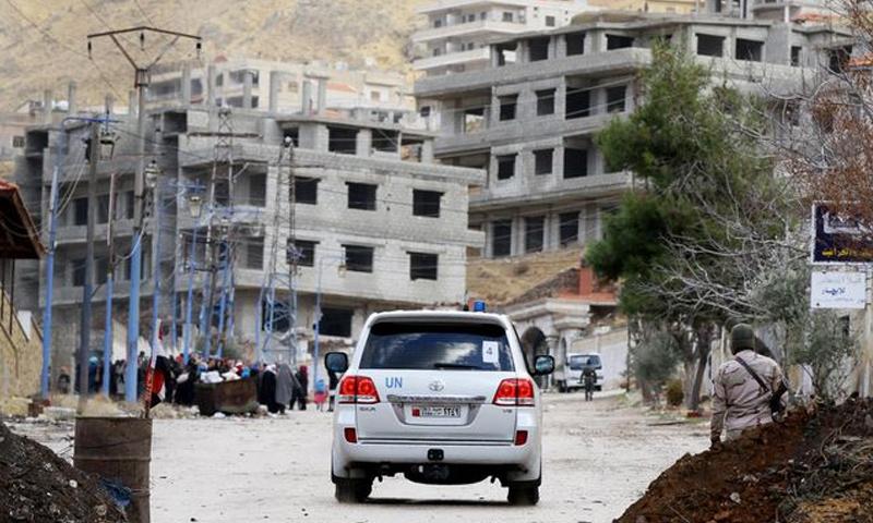 سيارة تتبع للأمم المتحدة في مدخل بلدة مضايا بريف دمشق_5 كانون الثاني 2017_(AFP)