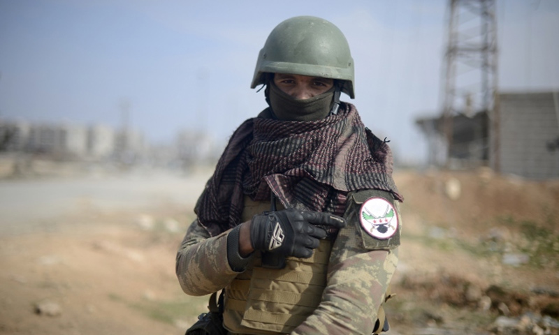 مقاتل من الجيش الحر في محيط مدينة الباب - شباط 2017 - (الأناضول)