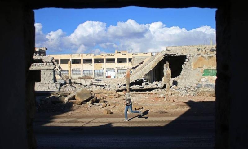 فتى داخل أحياء درعا البلد_كانون الثاني_(AFP)