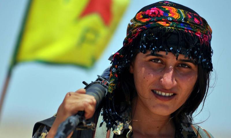 مقاتلة من قوات سوريا الديموقراطية في محيط مدينة الرقة - (AFP)