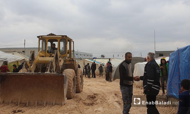 حملة فرش الطرق بالبحص في مخيم باب السلام الحدودي10 شباط(عنب بلدي)